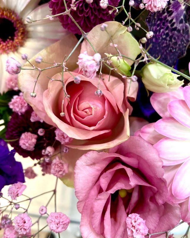 Detalles ✨ . . #flores #floristeriaacacia #floristeria #rosa #color #sorprende #diseloconflores #comerciolocal #pequeñocomercio #tafalla #navarra