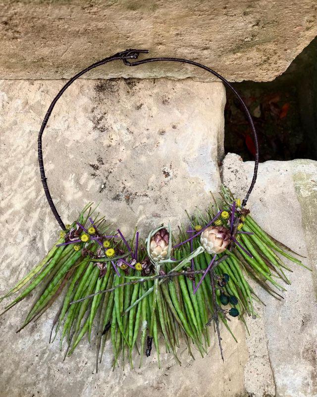 Vainas de colza, manzanilla, alcachofa silvestre y mucho cariño 🌿 . . #florajoyas #floristeriaacacia #flores #flowers #loreak #collar #verde #joyafloral #tafalla #navarra