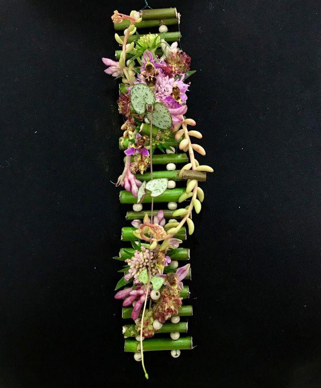 Diseños en tonos verdes, rosas y notas granates. Conjunto de collar y pulsera 🌸🌿 . . #flora #florajoyas #floristeriaacacia #acacia #flores #flowers #loreak #joyafloral #artesania #tafalla #navarra