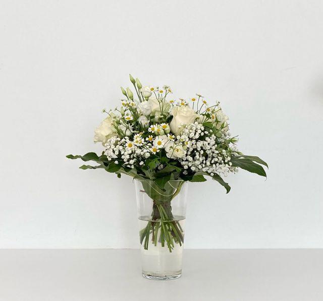 RAMO AMAIA 🤍  Bouquet de pequeñas flores. Rosas ramificadas, lisianthus y margaritas comparten espacio para conseguir una inspiración silvestre con gran encanto 🌿 . . Es uno de los ramos que puedes encontrar en nuestra tienda online 🖥   El enlace para acceder a ella está en la biografía de Instagram. www.floristeriaacacia.es . . #flores #ramo #ramoamaia #silvestre #tiendaonline #margaritas #rosasramificadas #lisianthus #floristeria #floristeriaacacia #tafalla #navarra #tiendaonline #pequeñocomercio