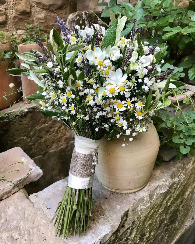 """DÍA 6 🌸💍 de los """"6 días para descubrir una Boda"""". U&J 🤍 . . Llegamos al final de este recorrido con uno de los objetos florales más especiales de la Boda ✨ . . El ramo de Uxue fue un bouquet en tonos suaves con flores silvestres y un toque de olivo. La empuñadura del ramo se hizo con una cinta de hilo y una de organza, perlas y un detalle de la Virgen de Ujué. Todo en armonía con la decoración floral de la ceremonia y con el estilo de su vestido 🤍 . . Ornitogalum, bouvardia, matricaria, gypsophila, lavanda y olivo 🌿🌸 . . #uxueyjavi #u&j #boda #wedding #bodaalairelibre #bodas2021 #decoracionfloral #flores #flowers #floristeria #floristeriaacacia #tafalla #navarra"""