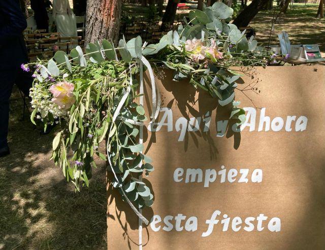 """DÍA 3 🌸💍 de los """"6 días para descubrir una Boda"""". . . 🌿Se colocó un detalle floral siguiendo el estilo de la ceremonia en un cartel de bienvenida que prepararó la pareja.   🌿También dispusimos dos grupos de sillas a los lados del pasillo y en cada una un detalle floral sencillo.  🌿Por último, colocamos un banco para la pareja con dos sillas a cada lado. . . Os recordamos que también tenemos servicio de alquiler de mobiliario para Bodas y eventos✨ . . #bodas2021 #bodas #flores #decoracion #bodaalairelibre #wedding #floristeriaacacia #tafalla #navarra #comerciolocal"""